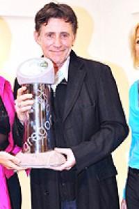 Liz O'Donnell presenting award to Gabriel Byrne